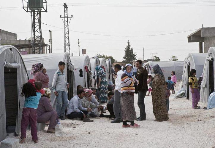 En los campamentos de refugiados sirios en Turquía no siempre hay comida para todos y escasean los servicios sanitarios. (Notimex)