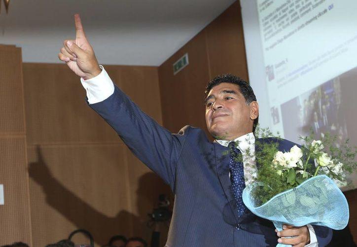 Maradona durante una conferencia de prensa en Milán. (Agencias)