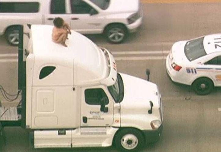 Se desconoce si la mujer enfrentará algún cargo: estorbó el tráfico por unas dos horas. (msnewsnow.com)