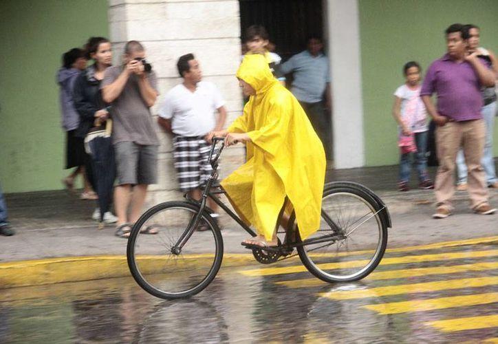 En la mayoría de los Estado del país está pronosticada lluvia intensa, pero también calor infernal. La imagen corresponde a Mérida, en donde una lluvia constante cayó durante la tarde del martes. (Jorge Acosta/SIPSE)