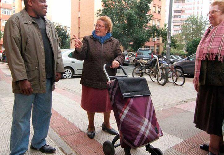 Pedro Angelina charla con dos de sus vecinas, quienes lo felicitan, luego de que se diera a conocer su acto. (El Mundo)