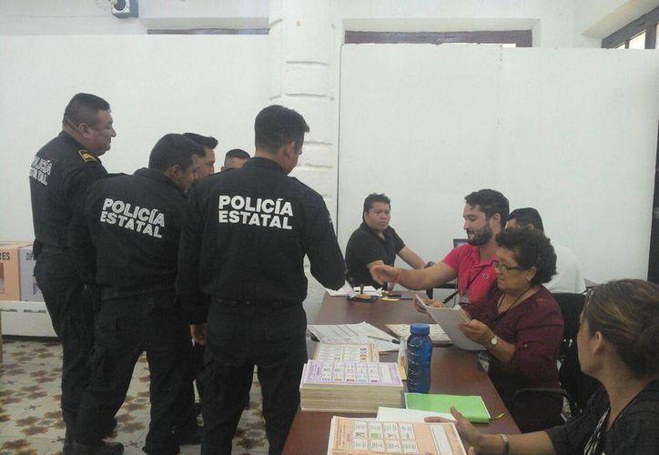Para los policías, acudir a votar es importante para lograr una mejor sociedad. (Alicia Carrasco/SIPSE)