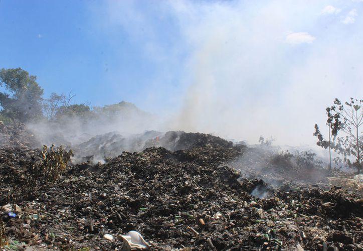 El incendio que inició hace una semana en el basurero antiguo se encuentra mitigado al 100%. (Redacción/SIPSE)