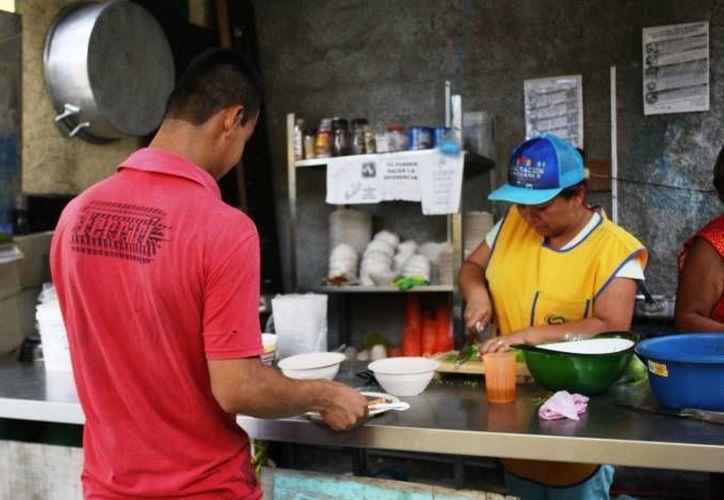 Alrededor de 80 propietarios y empleados de establecimientos de venta de comida, quienes participaron en este curso.    (Octavio Martínez/SIPSE)