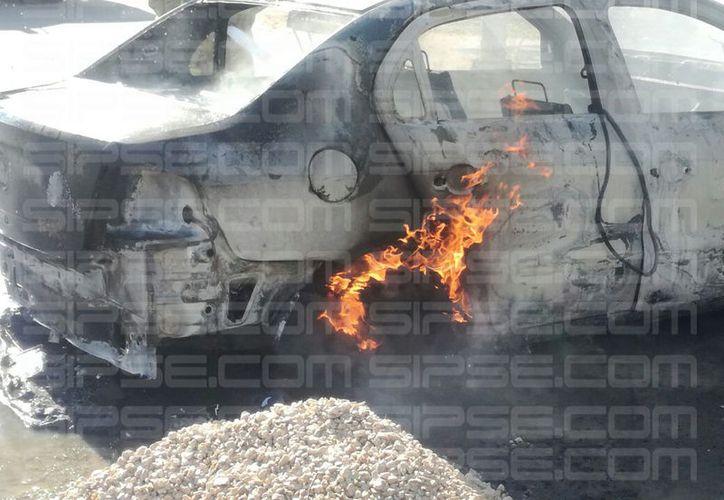 La mujer con su bebé, se bajó enseguida del vehículo, luego de que se percatara de que salía humo. (Foto: Redacción)