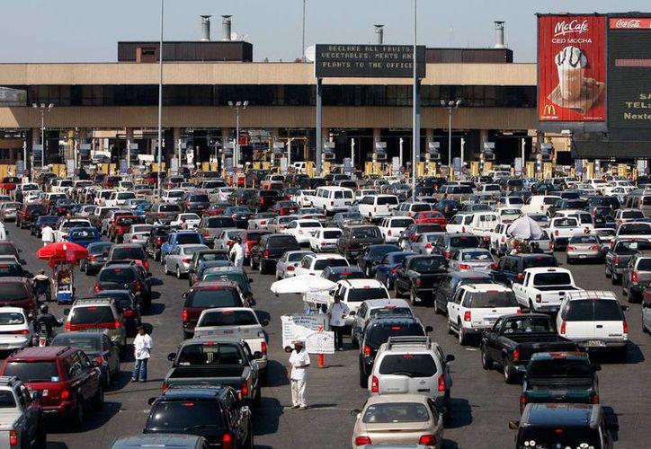 En esta foto del 3 de diciembre de 2014 se ven automóviles esperando a cruzar hacia Estados Unidos desde Tijuana, México, a través del punto de ingreso San Ysidro en San Diego. (AP Foto/Gregory Bull, Archivo)