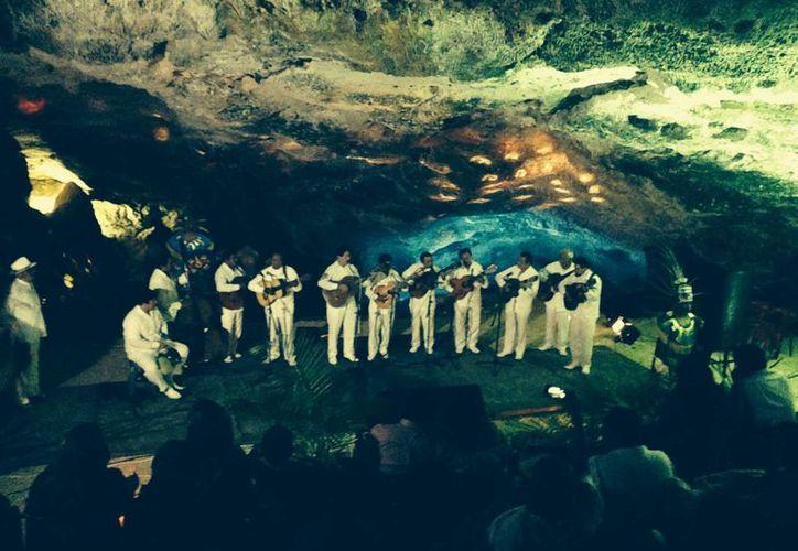 Con la participación de 12 maestros trovadores, el sábado pasado se ofreció el primer concierto de trova bajo tierra en el cenote de Sahcabá, comisaría de Hocabá. (Sergio Grosjean/sSIPSE)