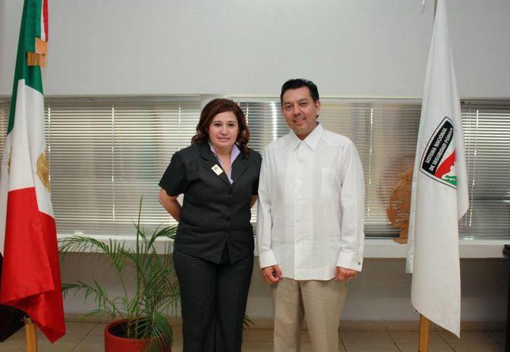 Alfredo Orellana, titular de la Fepade (d) recorrió las instalaciones de la FGE acompañado de la fiscal, Celia Rivas. (Cortesía)