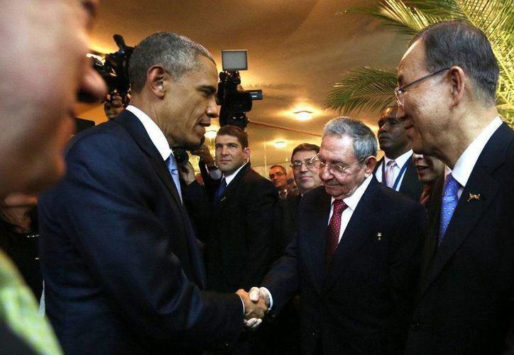 Fotografía del presidente de EU, Barack Obama, saludando su homólogo cubano, Raúl Castro, durante un encuentro informal en la ceremonia inaugural de la VII Cumbre de las Américas. (Archivo/EFE)