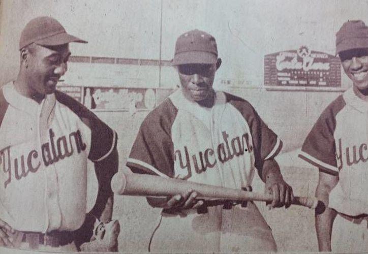 Jugadores de aquel primer partido de Leones de Yucatán, en 1954, en el parque Carta Clara. (Archivo/SIPSE)