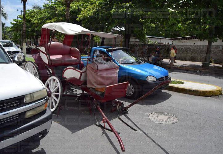 El carruaje se rompió en la parte delantera tras impactarse con una camioneta. (Foto: Adrián Puc)
