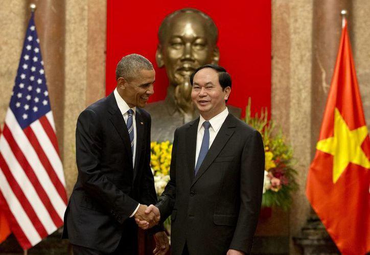 El presidente estadounidense, Barack Obama, a la izquierda, y el presidente de Vietnam, Tran Dai Quang se dan la mano en el Palacio Presidencial en Hanoi, Vietnam, este lunes, 23 de mayo de 2016. (Foto AP / Carolyn Kaster)