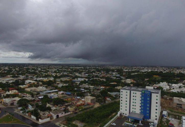 La lluvia cayó fuerte en algunos puntos de la ciudad de Mérida. (Israel Leal/SIPSE)