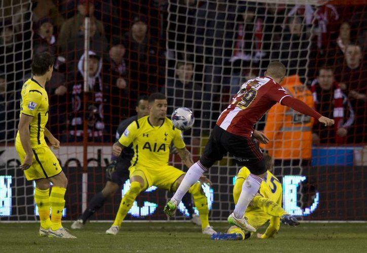 Che Adams (centro-derecha), del Sheffield, anota su segundo gol contra Tottenham, que calificó a la final de la Copa de Liga en Inglaterra. (Foto: AP)