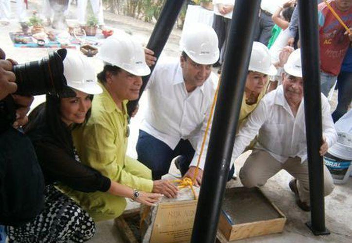 Ayer se colocó la primera piedra del Centro Espectáculos Noa Noa Riviera Maya. (Cortesía)