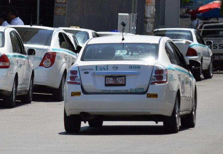 El sindicato de taxistas castigará a los choferes que cobren más de lo debido y que discriminen a sus pasajeros.  (Daniel Pacheco/SIPSE)