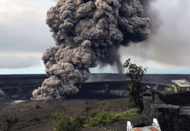 Apodado el 'cazador de lava' transmitió en vivo un par de videos sobre las impresionantes erupciones volcánicas. (AP)