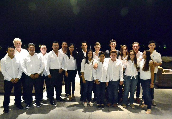 Imagen de los profesores y sus alumnos en el torneo 'Jaguar Cup 2016'. (Milenio Novedades)