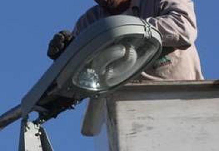 El alcalde dijo que se ha hecho un descuento en relación con el reporte de fallas de las luminarias. (Milenio Novedades)