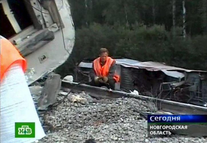 Imagen distribuida por el canal ruso de televisión NTV que muestra a miembros de un equipo de rescate ayudando a los pasajeros de un tren descarrilado cerca del pueblo de Malaya Vishera, en la región de Novgorod. (EFE/Archivo)