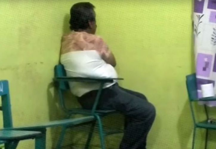 Un maestro de primaria estuvo a punto de ser linchado por padres de familia que lo acusan de haber abusado de sus alumnas, en Veracruz. (Excélsior)