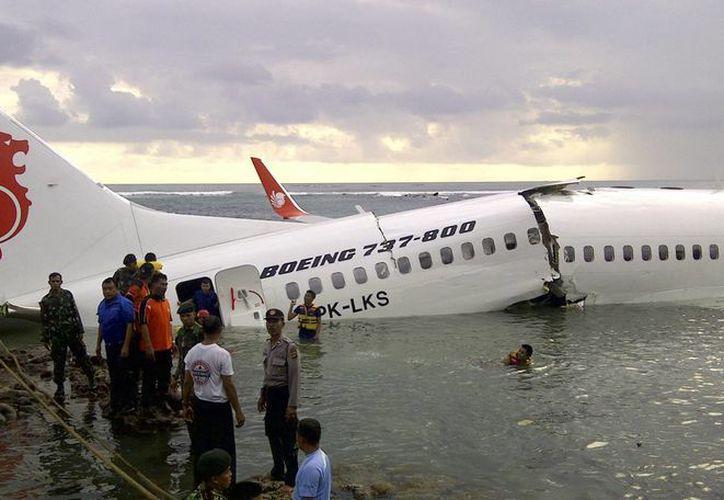 El avión cayó de una altura de 50 metros y resultó con una gran hendedura en el fuselaje. (AP)