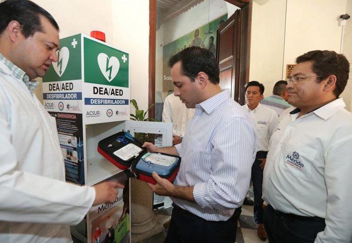 Hay 11 personas que ya saben cómo manejar el nuevo  desfibrilador automático instalado en el Palacio Municipal de Mérida. (Foto cortesía del Ayuntamiento de Mérida)