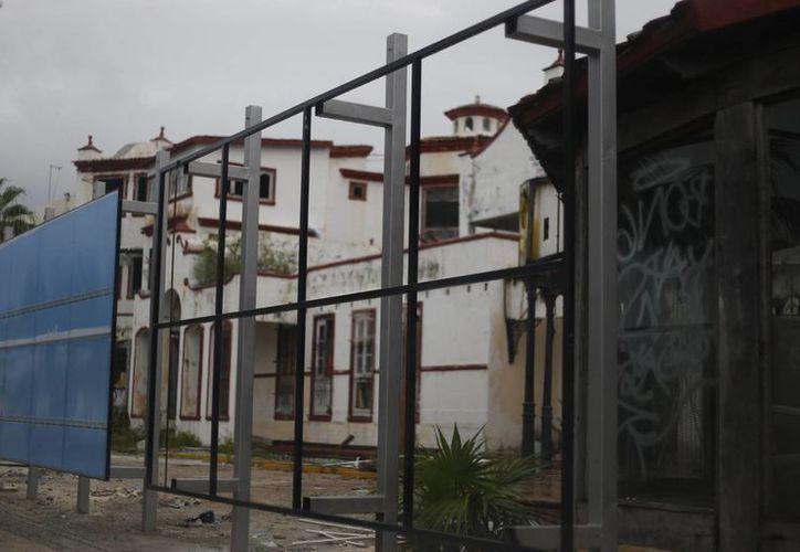 Verifican la situación de cada propiedad que tiene diferente problema. (Israel Leal/SIPSE)