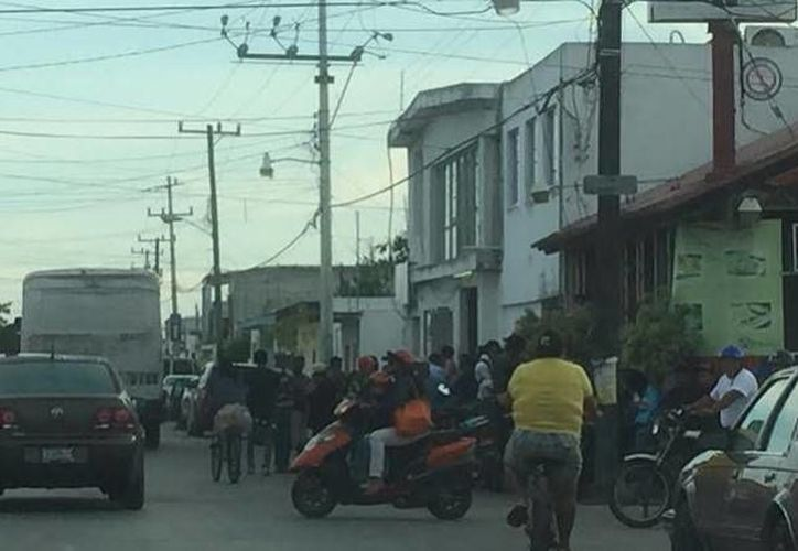 Progreseños que dejaron de última hora el trámite de la credencial de elector ahora tienen que hacer largas filas. (Óscar Pérez/SIPSE)