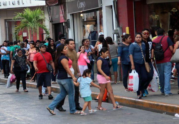 En el Centro Histórico la actividad comercial comenzó desde temprano ayer domingo. (Milenio Novedades)