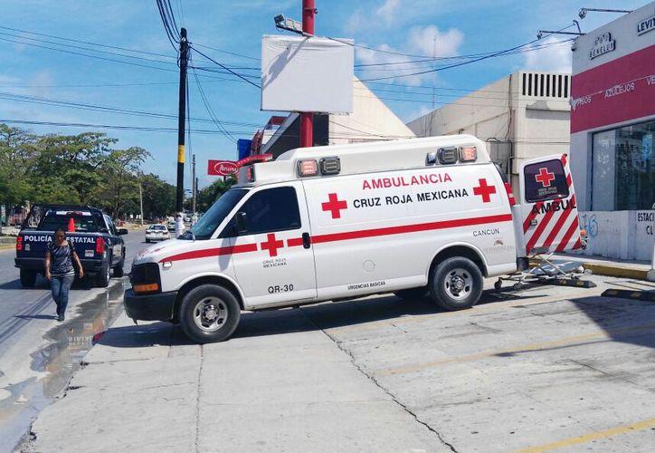 Un empleado de la tienda recibió un cachazo, por lo que fue atendido por paramédicos. (Foto: Redacción)