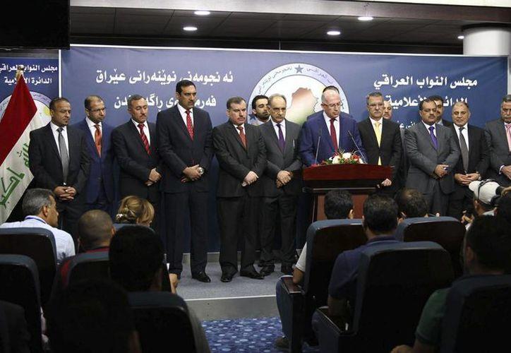 El portavoz del Consejo de Representantes, Osama al Nujaifi (c), en rueda de prensa con los miembros del bloque político suní Muttahidoon tras la primera sesión del Parlamento iraquí en Bagdad. (EFE)