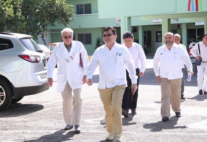 El secretario de Salud, Jorge Eduardo Mendoza Mázquita (c), aseguró que en la Península no hay casos de zika, pero se emprenderán acciones extraordinarias de prevención. (Jorge Acosta/Milenio Novedades)