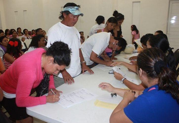 Recibieron becas 546 estudiantes y 260 pescadores cobraron un apoyo de mil 500 pesos. (Lanrry Parra/SIPSE)