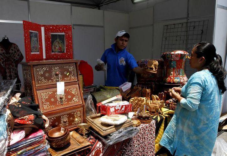 Los países invitados  exhiben trajes típicos y características culturales de su país