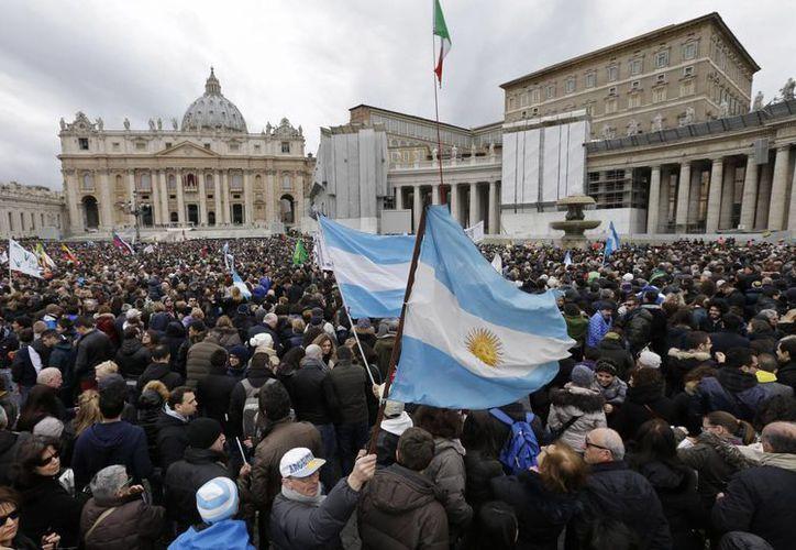 Banderas argentinas ondearon con especial fuerza para recibir al Papa. (Agencias)