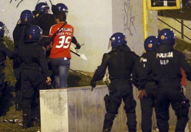 El incidente entre un policía y un padre de familia al que acompañaban sus dos hijos, a las afueras de un estadio en donde jugó el Benfica, provocó una ola de indignación y críticas hacia el agente, en medios sociales lusos. (AP)