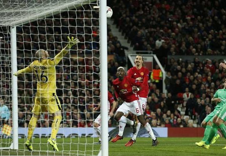 En los últimos años se ha estado rumorando que los mejores años de Zlatan Ibrahimovic (de rojo), pero el jugador lo desmiente a cada partido. Hoy anotó un triplete en la Europa League. (marca.com)