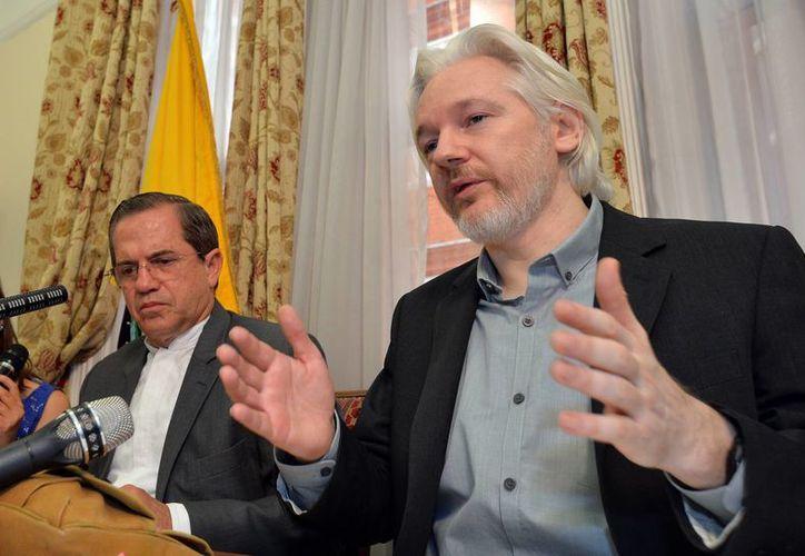 El fundador de WikiLeaks Julian Assange, a la derecha, habla durante una conferencia de prensa con el ministro de Relaciones Exteriores de Ecuador Ricardo Patiño en la embajada ecuatoriana en Londres en agosto del año pasado. (AP Foto/John Stillwell pool, Archivo)
