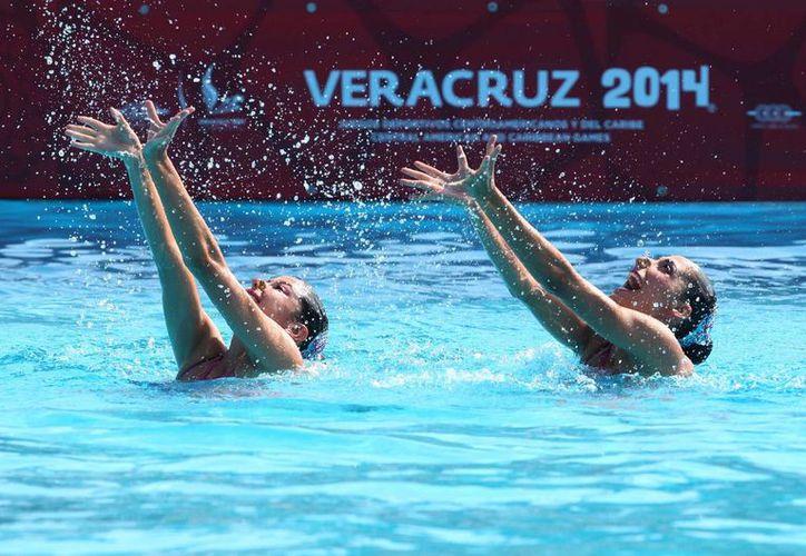 Blanca Delgado y Nuria Diosdado ganaron en la modalidad de Dueto Libre la sexta medalla para México en nado sincronizado en los Juegos Centroamericanos y del Caribe. (Notimex)