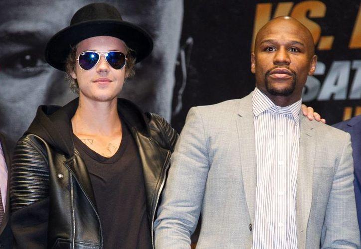 Justin Bieber acompañó de cerca a su amigo y boxeador Floyd Mayweather durante el anuncio oficial del combate contra Manny Pacquiao. (Foto: AP)