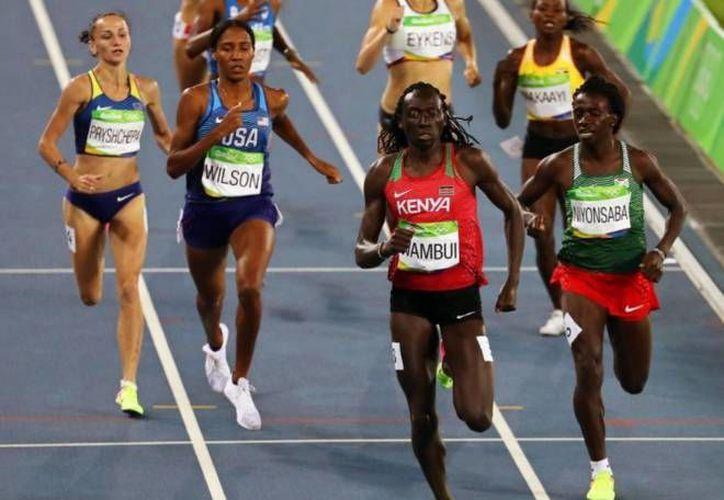 La keniana Margaret Wambui (c), durante las semifinales de 800 metros. Hay quien duda que ella, competidora en Rio 2016, sea mujer. (EFE)
