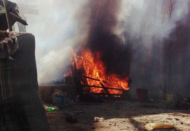 Lenguas de fuego acabaron con una casa con láminas de cartón en la comisaría de Chicxulub Puerto, del municipio de Progreso. (Gerardo Keb/Milenio Novedades)