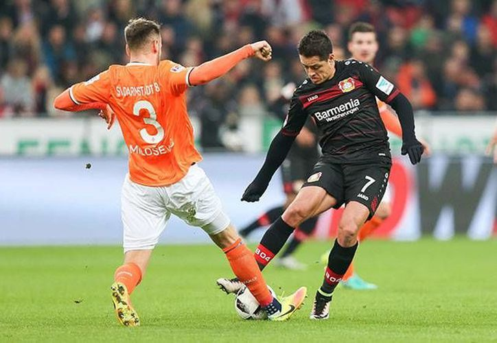 Javier Hernández estuvo participativo durante el encuentro, le anularon un gol y sumó otro encuentro sin poder anotar.(EFE)