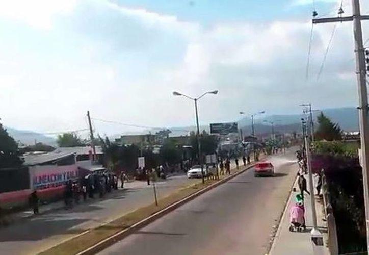 Los carros usaron un eje vial como pista de carreras en San Cristobal de las Casas. (Captura de pantalla de YouTube)
