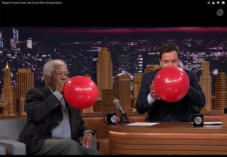 Morgan Freeman y Jimmy Fallon en pleno cambio de voz en The Tonight Show. (YouTube)