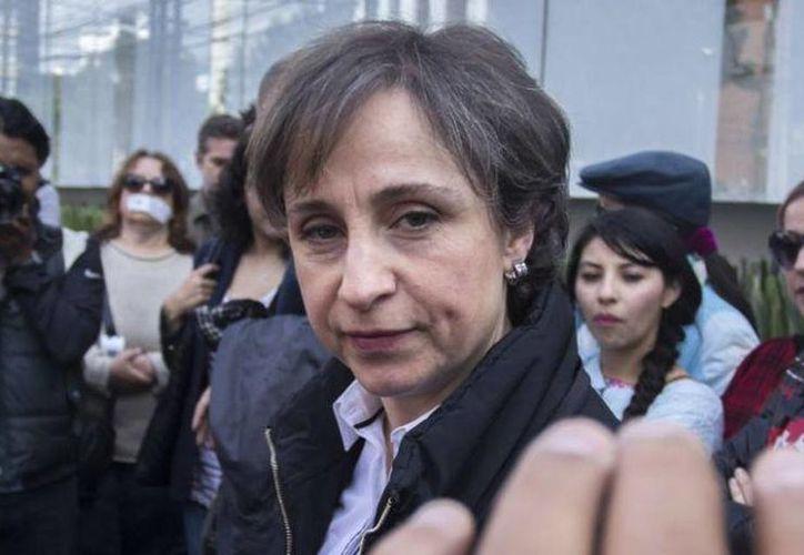 El boletín de la Secretaría de Gobernación afirmó que el gobierno federal ha sido respetuoso del ejercicio periodístico. Imagen de Carmen Aristegui en la puerta de las instalaciones de MVS. (@AristeguiOnline)