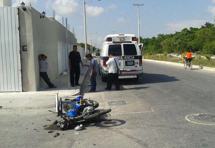 Dos personas iban a bordo de la motocicleta, una de ellas resultó gravemente herida. (Redacción/SIPSE)