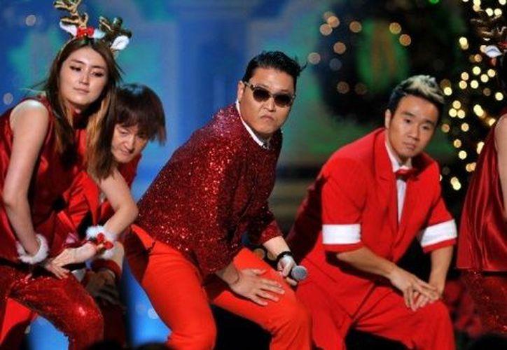 Psy interpretando el Gangnam navideño. (Milenio)