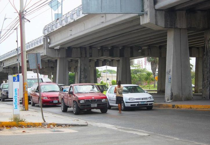 Algunas personas abusan de la gente con historias falsas para pedirles dinero en las calles. (Daniel Pacheco/SIPSE)